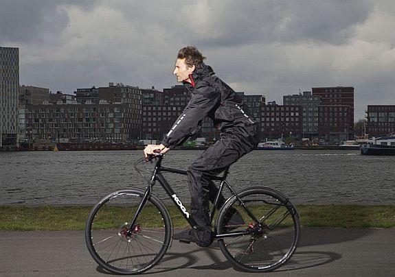 É possível pedalar na chuva  Claro! Se a chuva for leve, basta uma capa, um  protetor para o calçado e atenção redobrada nas ruas. 084eb1469f